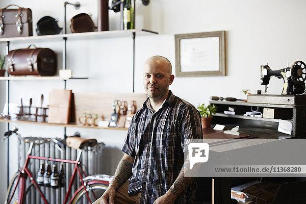 Ein Mann  Handwerker und Lederarbeiter in einer Lederwerkstatt.