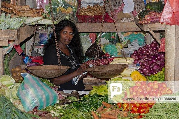 Verkäuferin mit Waage  Obstmarkt  Hikkaduwa  Sri Lanka  Asien