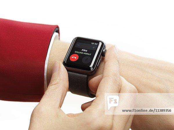 Frau mit Armbanduhr  Apple Watch  Series 2  Smartwatch  eingehender Anruf