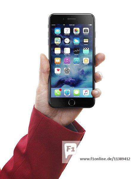 Eine Frauenhand hält ein Apple iPhone 7 Plus