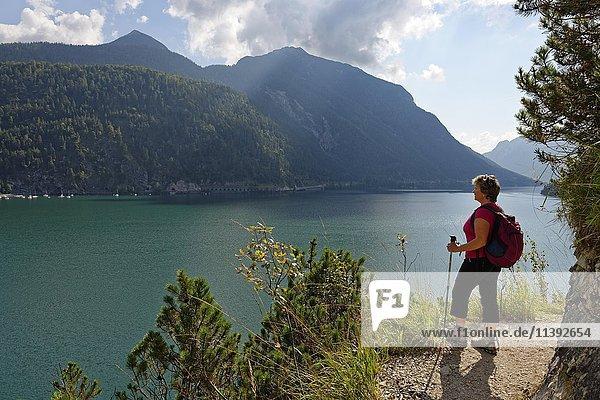Frau  Wanderin am Wanderweg Mariensteig  Achensee  Tirol  Österreich  Europa