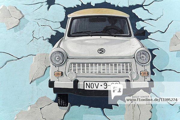 Wandgemälde  Test the Best  Trabi durchbricht Mauer  Künstlerin Birgit Kinder  East Side Gallery  Mauergalerie  Berlin  Deutschland  Europa