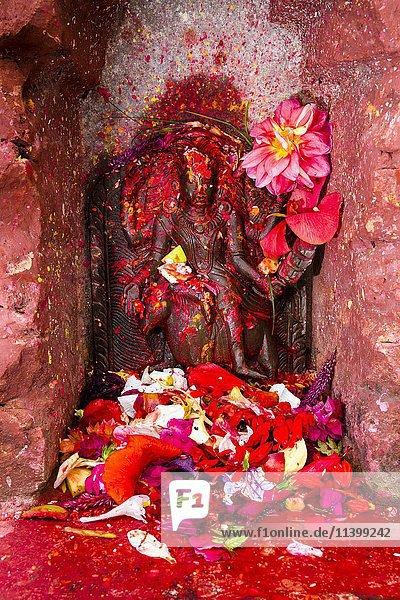 Statue von Gott Kaalratri  bunt geschmückt  Khadga Devi-Tempel  Hindu-Fest Darsain  Bandipur  Tanahu  Nepal  Asien