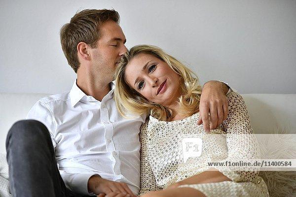 Mann  Frau  Pärchen auf Sofa  verliebt  Wein  Glas