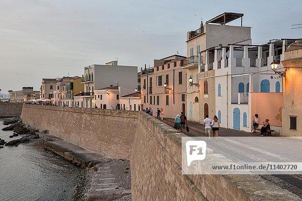 Häuserzeile mit Stadtmauer im Abendlicht  Alghero  Provinz Sassari  Sardinien  Italien  Europa