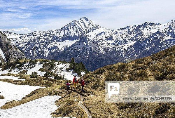 Wanderer auf Wanderweg zum Twenger Almsee  Gebirge im Frühling mit Schneeresten  Obertauern  Radstädter Tauern  Land Salzburg  Österreich  Europa