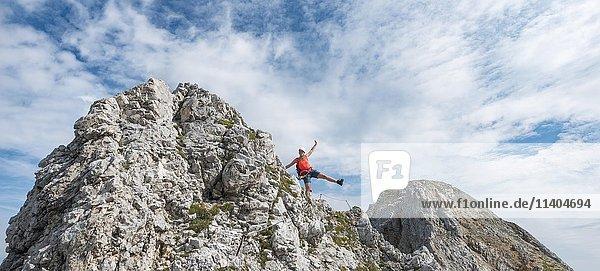 Wanderin an einem Klettersteig  Mittenwalder Höhenweg  Karwendelgebirge  Mittenwald  Deutschland  Europa
