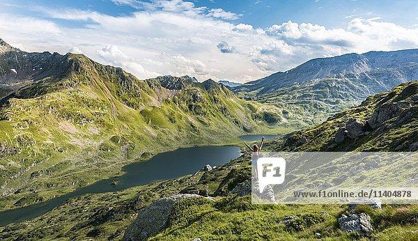 Wanderin streckt Arme in die Luft  Berglandschaft  Unterer Giglachsee  Rohrmoos-Obertal  Schladminger Tauern  Schladming  Steiermark  Österreich  Europa
