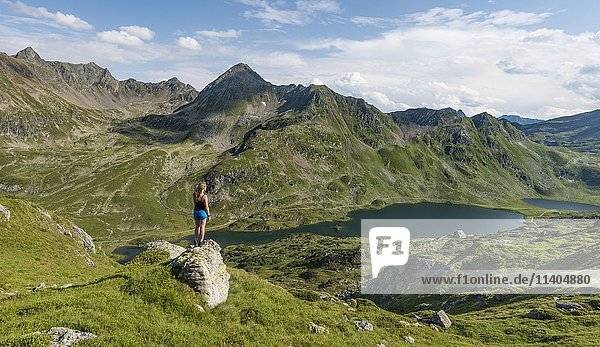 Wanderin genießt die Aussicht  Berglandschaft  Unterer Giglachsee  Rohrmoos-Obertal  Schladminger Tauern  Schladming  Steiermark  Österreich  Europa