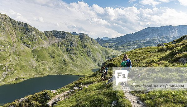 Wanderer auf einem Wanderweg  Giglachseen  Schladminger Tauern  Schladming  Steiermark  Österreich  Europa