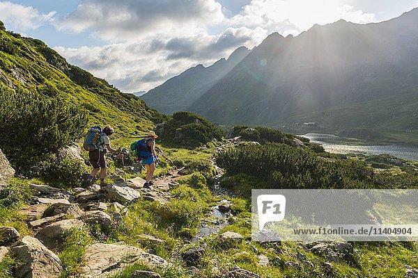 Zwei Wanderer auf einem Wanderweg am Morgen  Giglachseen  Schladminger Tauern  Schladming  Steiermark  Österreich  Europa