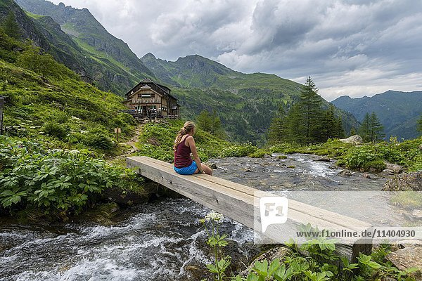 Wanderin auf Holzbrücke über Gebirgsbach  Gollinghütte  Rohrmoos-Untertal  Schladminger Tauern  Steiermark  Österreich  Europa