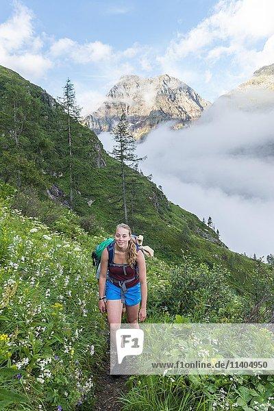 Wandererin auf einem Pfad  Rohrmoos-Untertal  Schladminger Tauern  Schladming  Steiermark  Österreich  Europa