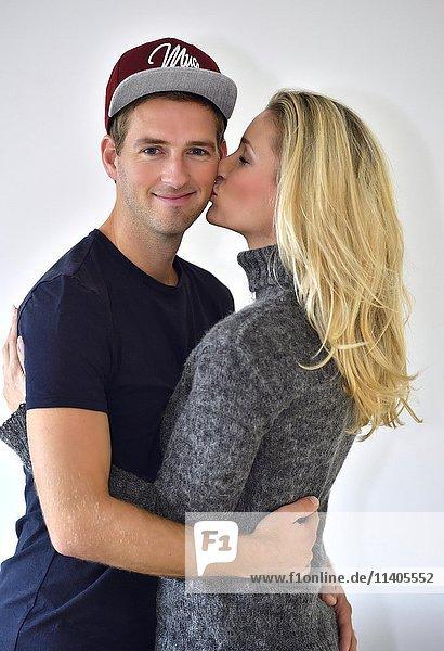 Junges Liebespaar umarmt und küsst sich