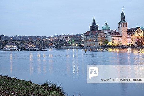 Ausblick von Schützeninsel Strelecky ostrov auf Altstadt  Moldau  Prag  Tschechien  Europa