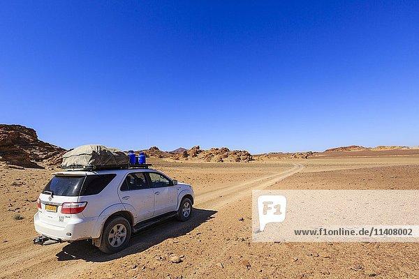 Geländewagen in Steinwüste  Damaraland  Kunene Region  Namibia  Afrika