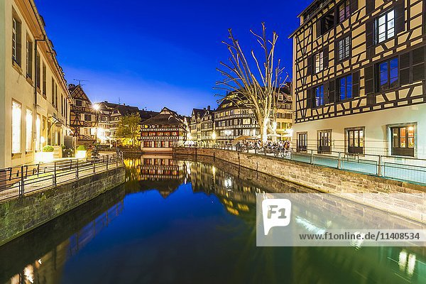 Kanal der L'Ill  Dämmerung  Viertel La Petite France  Altstadt  Straßburg  Elsass  Frankreich  Europa