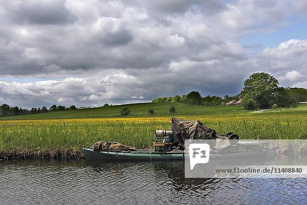 Getarnter Naturfotograf im Boot  Müritz-Nationalpark  Mecklenburg-Vorpommern  Deutschland  Europa