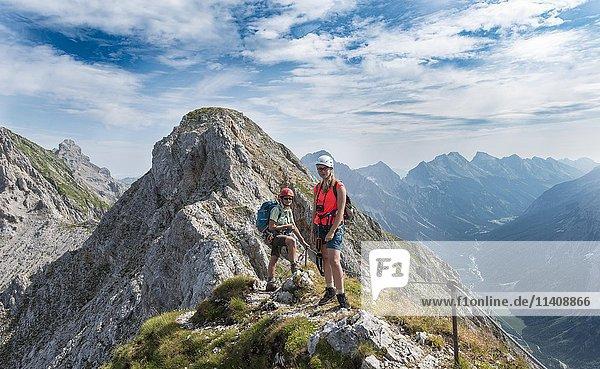 Zwei Wanderinnen  Mittenwalder Höhenweg  Karwendelgebirge  Mittenwald  Deutschland  Europa