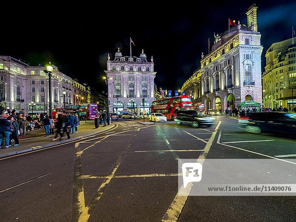 Verkehr  Piccadilly Circus  Nacht  London  England  Großbritannien  Europa