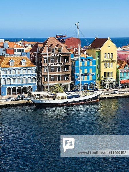 Altes Segelschiff vor historischen Gebäuden im niederländisch-karibischen Kolonialstil  Uferpromenade  Penha  Willemstad  kleine Antillen  Curacao  Südamerika