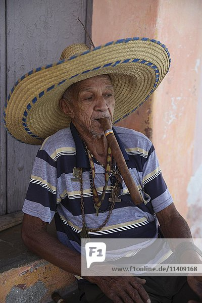 Alter Mann raucht Zigarre  Camagüey  Kuba  Mittelamerika