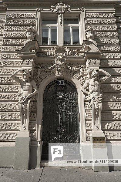 Atlanten am Eingangsportal eines Wohnhauses  1904  Georg Coch Platz  Wien  Österreich  Europa