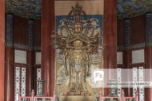 Guanyin-Statue im Pavillon des Buddhistischen Wohlgeruchs  Tower of Buddhist Incense  Neuer Sommerpalast  Peking  China  Asien