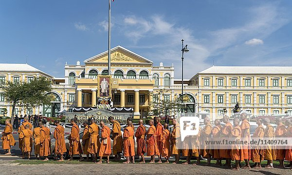 Row of monks in front of ministry of defense  Bangkok  Thailand  Asia