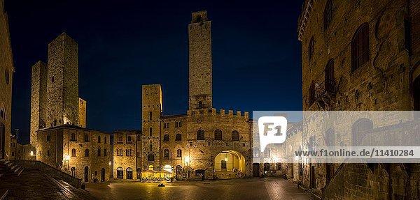 Piazza del Duomo bei Nacht  San Gimignano  Toskana  Italien  Europa