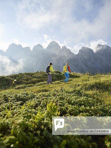Wanderer in den Bergen  Kalkkögel  Kemater Alm  Tirol  Österreich  Europa Wanderer in den Bergen, Kalkkögel, Kemater Alm, Tirol, Österreich, Europa