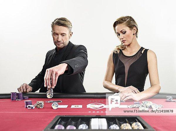 Pärchen spielt Black Jack  Spielkarten  Jetons  Casino Pärchen spielt Black Jack, Spielkarten, Jetons, Casino