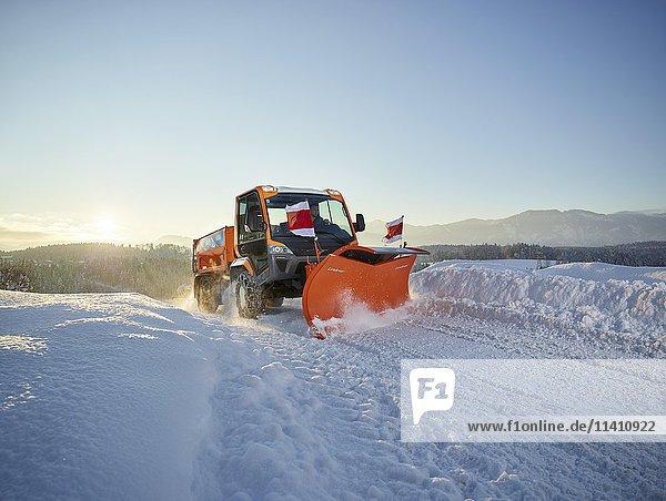 Schneeräumer  Schneeräumung der Straße  Winterdienst  Inntal  Tirol  Österreich  Europa