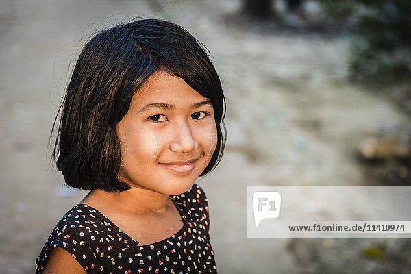 Einheimisches kleines Mädchen lächelt  Portrait  Yangon  Yangon Region  Myanmar  Asien