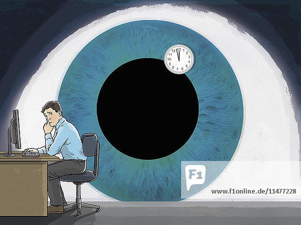 Großes Auge überwacht Mann am Schreibtisch