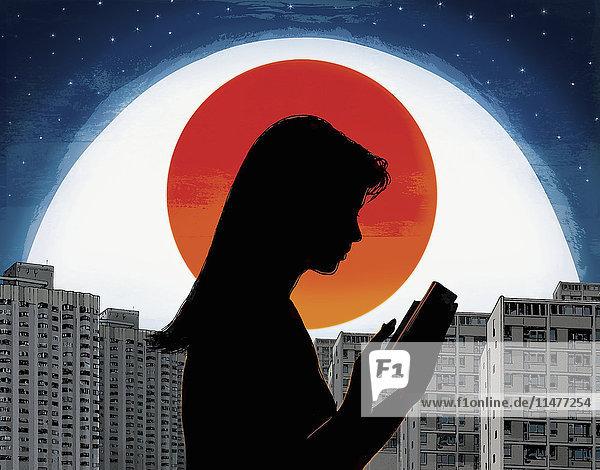 Großes Auge überwacht eine Frau in der Stadt bei Nacht