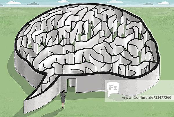 Geschäftsfrau steht am Eingang zu einem Gehirn-Labyrinth