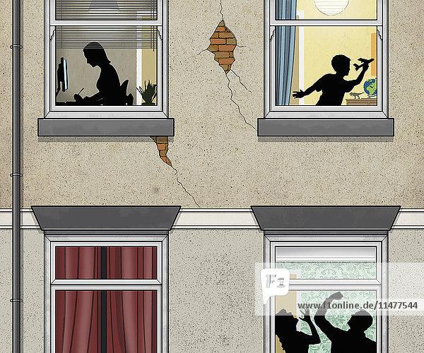 Mann schlägt Frau hinter Fensterscheibe mit Junge und Mädchen im oberen Stockwerk