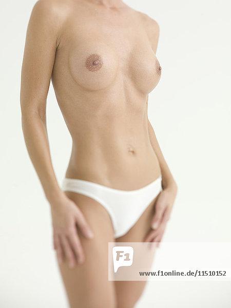 Torso einer Frau mit nacktem Oberkörper