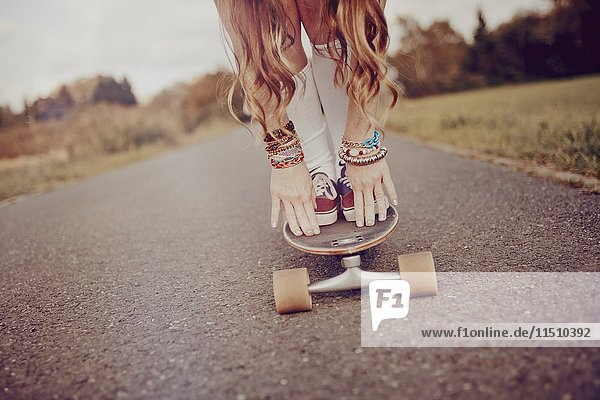 Junge Frau mit Skateboard