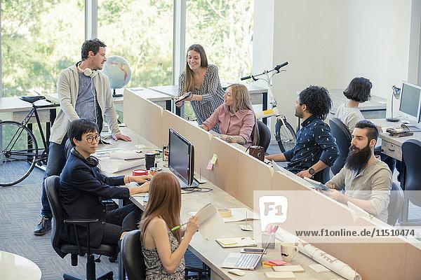 Designer  die im Gelegenheitsbüro arbeiten