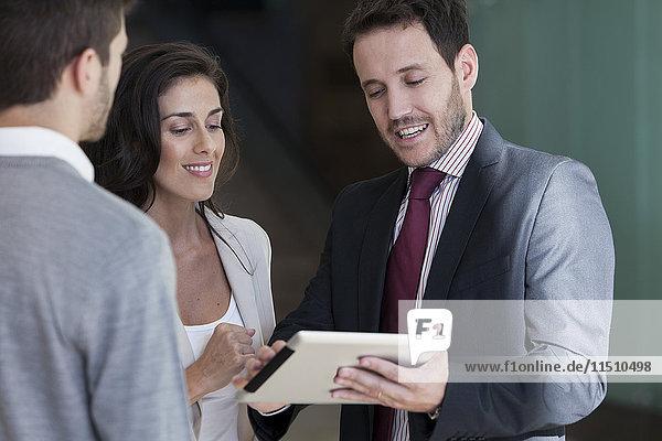 Geschäftspartner prüfen gemeinsam den Vorschlag für ein digitales Tablett