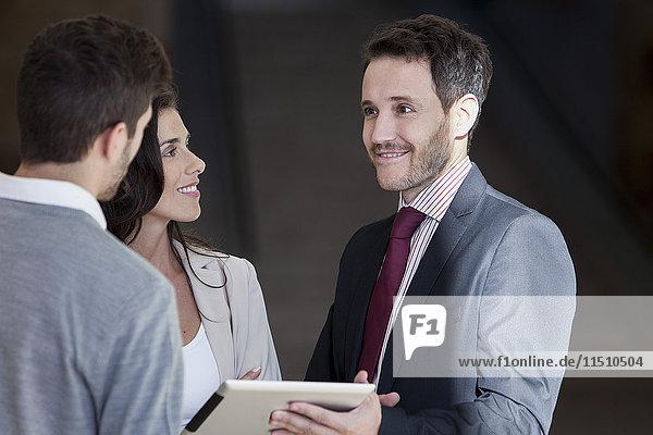 Geschäftspartner diskutieren über die Arbeit mit dem digitalen Tablett