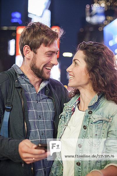 Junges Paar überrascht von guten Nachrichten
