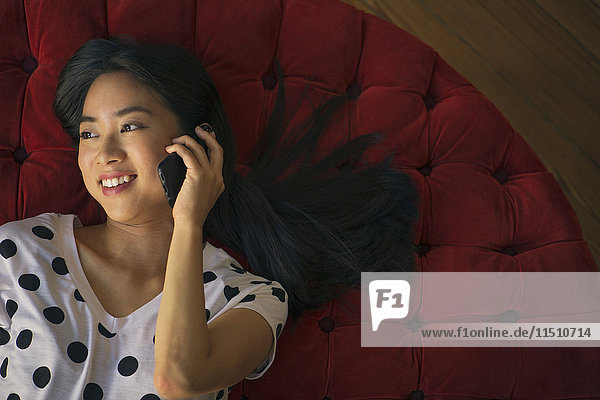 Junge Frau spricht am Handy