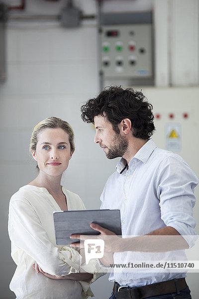 Kollegen  die mit digitalen Tabletts arbeiten