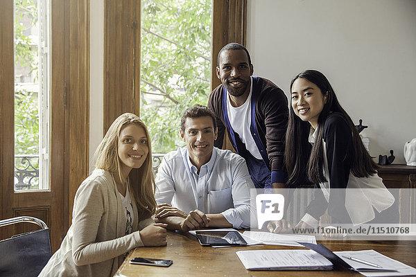 Team von Profis im Gelegenheitsbüro  Porträt