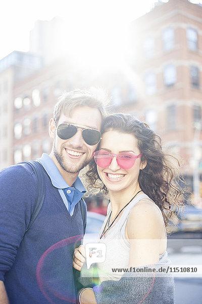 Paar steht zusammen auf der Stadtstraße  Porträt