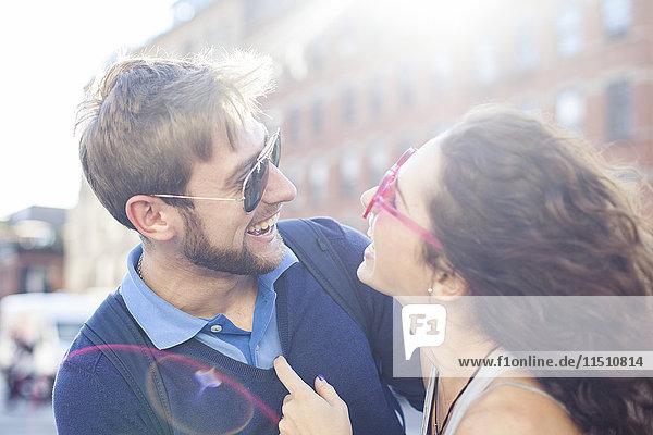 Pärchen lachen gemeinsam im Freien