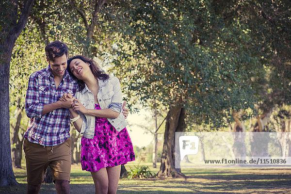 Paar zu Fuß in Park
